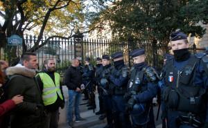Около 1000 демонстрантов в Париже потребовали отставки Макрона