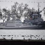 Задержанные украинские корабли доставили в порт Керчи